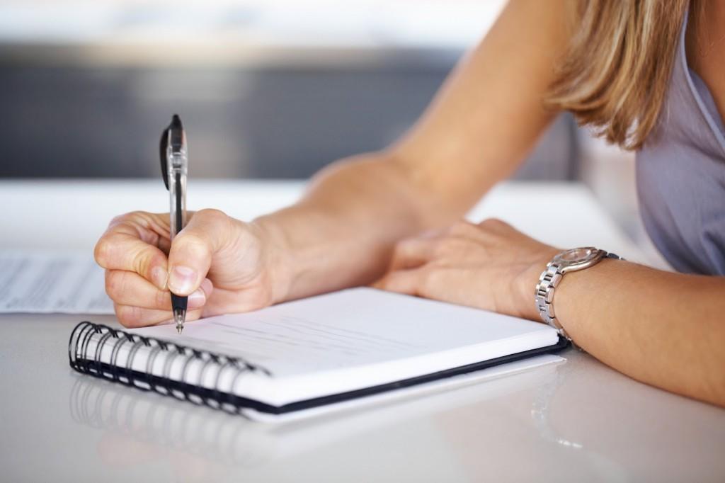 femme faisant une liste