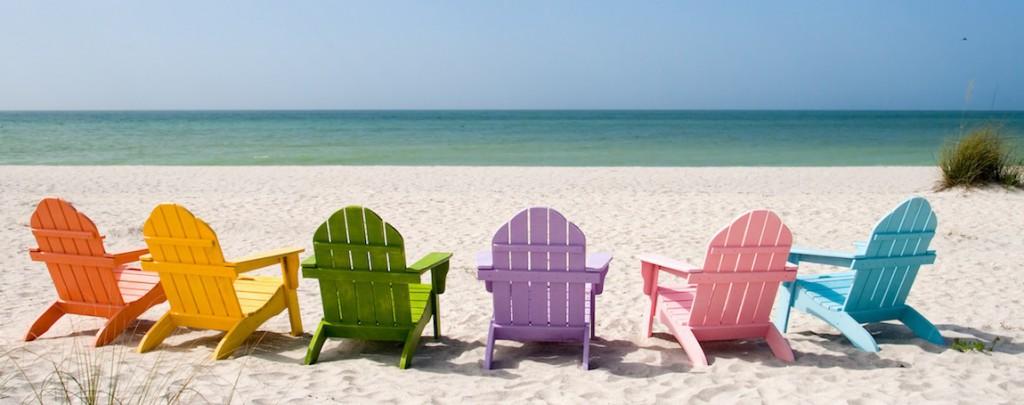 chaise de couleur au bord de la mer